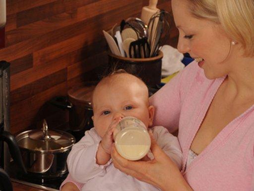 صورة تعويد الرضيع على زجاجة الرضاعة مبكرا