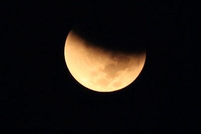 صورة سماء العرب ترصد خسوف نادر للقمر !