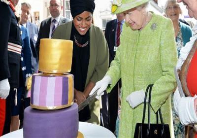 صورة مسلمة تعد كعكة عيد ميلاد الملكة اليزابيث الثانية
