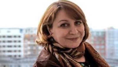صورة الكاتبة العراقية  انعام كجة جي تفوز بجائزة لاغاردير