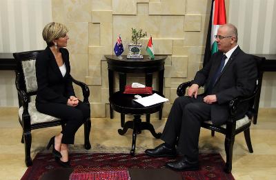صورة رئيس الوزراء الفلسطيني يستقبل جولي بيشوب