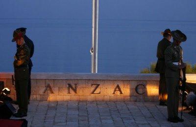 """صورة أستراليا تحتفل بالذكرى السنوية 102 لمعركة سواحل غاليبوري والتي تسمى"""" يوم الأنزاك"""""""