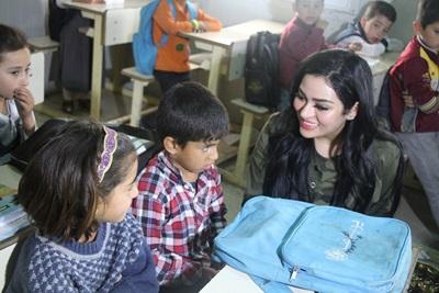 صورة ملكة جمال الشرق الاوسط سابقا تزور مخيمات النازحين في اربيل