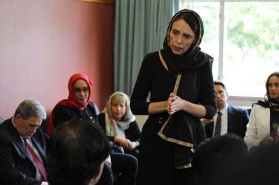 صورة رئيسة وزراء نيوزلندا تزور عوائل ضحايا الحادث الارهابي