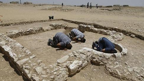 صورة اكتشاف بقايا مسجد يعود بناؤه تقريبا إلى فترة وصول الإسلام في منطقة النقب