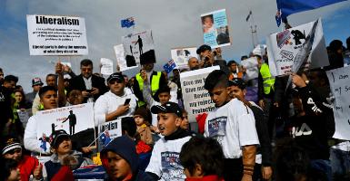 صورة وقفة احتجاجية لمئات من طالبي  اللجوء امام البرلمان الاسترالي في كانبيرا