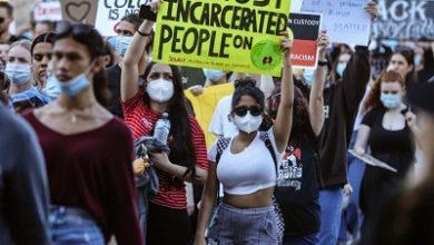 صورة عشرات الالاف يشاركون في مسيرات أحتجاجية في المدن الاسترالية