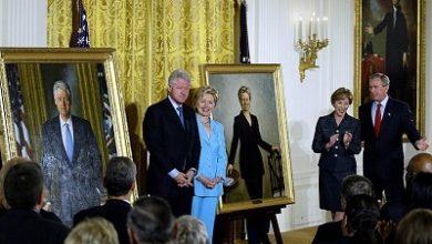 صورة ترامب ينقل  صورتي كلينتون وبوش الابن من  قاعة بمدخل البيت الأبيض