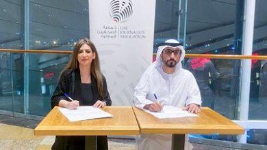 صورة توقيع اتفاقية تعاون في المجالات المهنية والصحفية بين جمعيتا الصحفيين الإماراتية والبحرينية