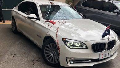 صورة تعرض سيارة سكوت مورسن الى مادة الطلاء الأحمر في جامعة كوينزلاند