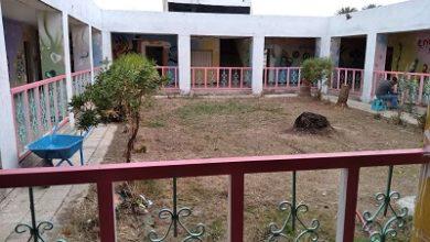 صورة مدير مدرسة في واسط يستغل الحظر لطلاء المدرسة بمساعدة المعلمين والأهالي